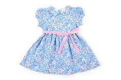Vestido para bebe niña, confeccionado con tela estampada de florecitas azules.