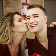Pevačica uživa u ljubavi ali njene najbliskije koleginice pokušavaju da joj poremete sreću.    Pevačica Radmila Manojlovićje poslednjih meseci zadovoljna emotivnim statusom pored kolege Harisa Berkovića.   #koleginice #ljubav #pressserbia #rada manojlovic