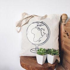 Nooit meer geld neerleggen voor plastic tasjes en er altijd fashionable uitzien: dankzij deze canvas tas met wereldbol is dat voortaan geen probleem meer! Ideaal voor wanneer je boodschappen gaat doen, naar de sportschool gaat of – nog beter – als je op reis een dagje weg bent. - - - canvas tas / tote bag / katoenen tas / reiscadeau / travel gift / reiscadeaus / travel gifts