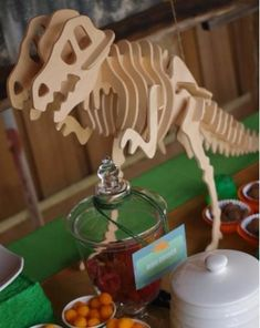Organizza una perfetta festa a tema Jurassic World! Inviti, giochi, decorazioni, tavola, torta e regali: tante idee diverse a tema dinosauri terrificanti