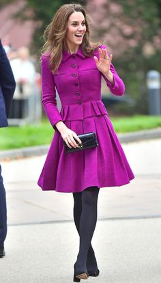 The royal mom took the train to Norfolk to visit The Nook hospice, a new center for severely ill children, carrying a large tote bag Duchess Kate, Duchess Of Cambridge, Princesse Kate Middleton, Prince William And Kate, Princess Kate, Powerful Women, Nice Dresses, Purses, Classic Beauty