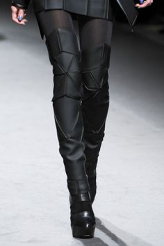 GARETH PUGH FW 2011 Dark Fashion, Gothic Fashion, Latex Fashion, Steampunk Fashion, Emo Fashion, Sexy Stiefel, Mode Steampunk, Post Apocalyptic Fashion, Espadrilles