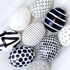 eieren versieren met een parmanentstift