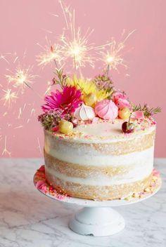 comment préparer des gâteaux anniversaire à étages sans glaçage, jolie décoration de gâteau de fleurs et de meringues