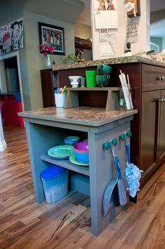 espace enfant dans la cuisine ! très bonne idée pour que l'enfant apprenne et imite tout en s'amusant les gestes du quotidien ... et comme ca maman peut cuisiner tranquille sans mettre l'enfant devant la télé