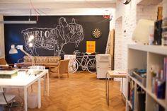 Antiguo apartamento convertido en oficina. Parquet de tablillas y muebles de OSB Espacios en madera