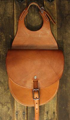 Love This : Single Pocket Horn Bag Cowboy Shop, Horse Saddles, Western Saddles, Cowboy Crafts, Leather Bag Pattern, Horse Grooming, Leather Saddle Bags, Barrel Horse, Leather Carving