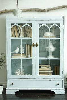 I repinned this from http://www.inthefunlane.com/2011/05/blue-cabinet-blues.html
