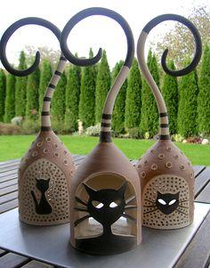 """Ceramic Lanterns!  Mňau! Točila som na kruhu svietnik a vtom prišla naša micka skontrolovať čo a ako...no veď poznáte ten chvostík vtvare otáznika a vchlpatej tváričke výraz ,,Fakt nemáš nič iné na práci?"""" ,,Tak vieš čo?"""" pomyslela som si ,,Ja ztej lampy urobím mačku!"""" A tak naša chlpaňa dala nechtiac impulz ktvorbe mačacích svetielok...nuž nech sa páči, mačka mojimi očami... ..."""