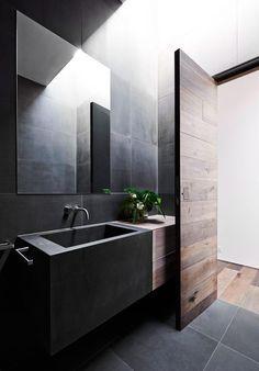 Donkere badkamer met geweldige mooie deur.