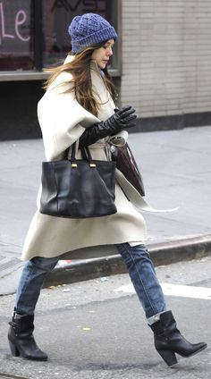 OLSENS ANONYMOUS ELIZABETH LIZZIE OLSEN STYLE FASHION BLOG OLSEN TWIN SISTER NYC NEW YORK CITY BUNDLED UP CREA WHITE WRAP COAT LONG LEATHER GLOVES BLUE KNIT BEANIE HAT THE ROW TOTE BAG ROLLED UP DENIM RAG AND BONE KINSEY BOOTS