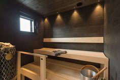 Asuntomessut 2015 saunan seinät ovat mustaa kiveä. Villa Kapee kohde 26 Ollikaisen Hirsirakenne Oy. Arkkitehti Jussi Hietalahti, sisustusarkkitehti Hanna-Marie Naukkarinen