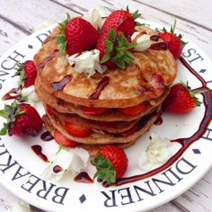 Clean and simple spelt pancakes with strawberries and coconut syrup - Hedi Hearts