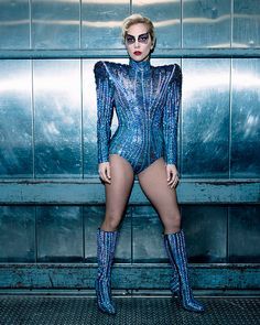 Look da Lady Gaga no Super Bowl: body com ombreiras ultra bordado com muito brilho e máscara de cristais