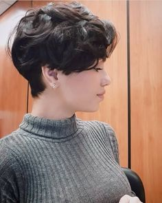Best Picture For Androgyne beauty For Your Taste You are looking for something, and it is going to t Curled Hairstyles, Cool Hairstyles, Tomboy Hairstyles, Quince Hairstyles, Medium Hair Styles, Short Hair Styles, Cut My Hair, Jerry Curl, Grunge Hair