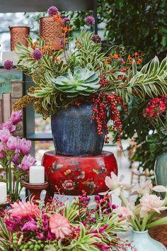 This method would seem high-quality Wedding Photoshoot Floral Wedding, Diy Wedding, Wedding Flowers, Dream Wedding, Wedding Engagement, Large Flower Arrangements, Christmas Arrangements, Wedding Planning Checklist, Indoor Wedding