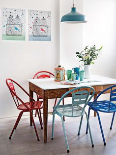 Le bleu comme un fil rouge - PLANETE DECO a homes world Mismatched Dining Room, Dining Room Chairs, Table And Chairs, Dining Table, Red Chairs, Dining Rooms, Chalk Paint Furniture, Kitchen Dining, Sweet Home