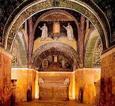 Bóvedas decoradas con mosaicos bizantinos del interior del Mausoleo de Gala Placidia. Rávena.