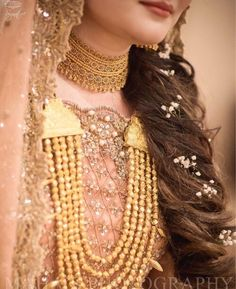 Price For Gold Jewelry Indian Jewelry Sets, Bridal Jewelry Sets, Bridal Accessories, Bridal Necklace, Pakistani Bridal Jewelry, Pakistani Bridal Dresses, Pearl Necklace Designs, Gold Jewelry Simple, Bridal Dress Design