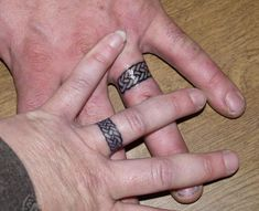 ring tattoo (braid of 3 strands...)