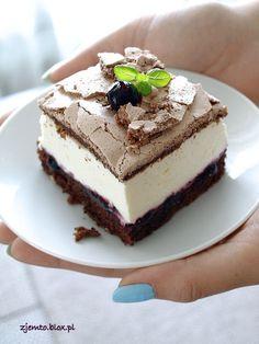 ciasto z kremowym serkiem i konfiturą z czarnej porzeczki