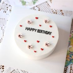 Simple but chic birthday cake Simple but chic birthday cake Pretty Birthday Cakes, Pretty Cakes, Beautiful Cakes, Amazing Cakes, Cake Birthday, Cake Decorating Techniques, Cake Decorating Tips, Mini Cakes, Cupcake Cakes