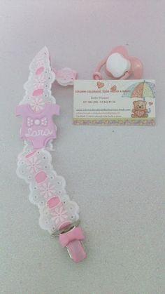 Colorin Colorado, todo hecho a mano Cinta para chupete personalizada, elaborada con tira bordada, cinta grossgain y detalles en pasta fimo, cirre de seguridad bebé.