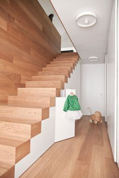 Wooden stairs without railing - Home Decorating Trends - Homedit Stairs Without Railing, Under Stairs, Modern Staircase, Staircase Design, Stair Design, Interior Stairs, Interior Architecture, Modern House Design, Modern Bedroom Design