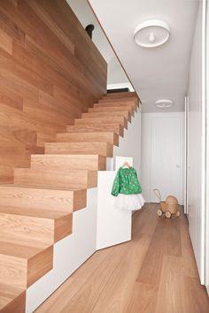 Massivholz Innentreppe ohne Handlauf aber mit Stauraum
