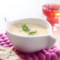 Pehmeä palsternakkakeitto on samettinen ja aromaattinen keitto. Keitto soseutetaan ja maustetaan lopuksi savuporotuorejuustolla.