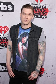 Shinedowns Nation added 34 new photos to the album: Brent Smith at the iHeart Radio Music Awards. Brent Smith Shinedown, Sing To Me, Music Awards, Music Is Life, Fangirl, Handsome, Punk, Singer, Boys
