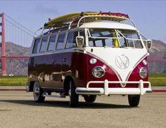 CONVERTIBLE 22 - VW Type ll (bus) Safari | 1955-1967 - Qué importa que no sea un convertible. Este antiguo bus Volkswagen con sus ventanas tipo Safari es tan cool como se puede llegar a ser y deben admitir que un parabrisas que se abre como el frente de una tienda tiene rasgos comunes con la capota plegable de un coche. Por supuesto, van a tener que subirse a un bus VW muy bien restaurado para poder disfrutar de esas ventanas tipo safari. Eso también implica un tamborileo de sonidos mecánico