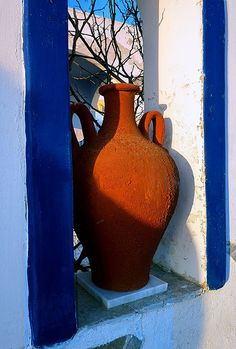 Red clay pot and blue frame, Pyrgos, Santorini island, Cyclades, Greece Santorini Island, Santorini Greece, Santorini House, Beautiful Islands, Beautiful World, Beautiful Places, Ideas Terraza, Greece Architecture, Greek Design