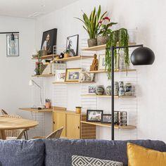 ¿Estás buscando una estantería, un mueble con almacenamiento oculto y un puesto de trabajo? ¿Y que todo ello esté en el salón y se integre a la perfección? El sistema String es la solución. No en vano desde que Nils Strinning lo creó en 1949, este mueble de diseño sigue estando presente en muchos hogares nórdicos por su calidad y funcionalidad. #stringsystem #stringshelving #estantería #escritorio #workspace Panel, Office Desk, Shelving, Future, Home Decor, Gift, Labor Positions, Work Spaces, Grey Dining Rooms