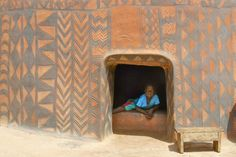 An isolated village named Tiébélé in Burkina Faso, West Africa, where every house is an expression of art. See more about Rita Willaert, here. Brick Molding, Wall Molding, Le Totem, Messy Nessy Chic, African House, Mud House, Wood Ladder, West Africa, African Art