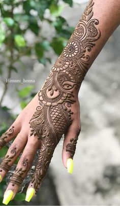 Girls paint their hands and legs with lovely and pretty new mehndi designs. These stunning mehndi designs are perfect for everybody. Latest Arabic Mehndi Designs, Back Hand Mehndi Designs, Indian Mehndi Designs, Mehndi Designs 2018, Mehndi Designs For Girls, Stylish Mehndi Designs, Mehndi Design Photos, Wedding Mehndi Designs, Beautiful Mehndi Design