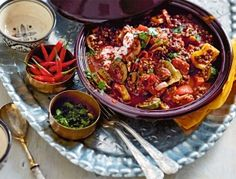 Vegetarische Tajine Rezept: Pardinalinsen,Paprikaschote,Zucchini,Knoblauchzehen,Zwiebel,Peperoni,Tomaten,Kreuzkümmel,el-Hanout,Salz,Pfeffer,Petersilie