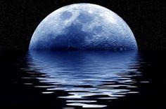 o-fenomeno-da-lua-azul-12 Ontem tivemos a chamada Lua Azul. Não que ela estivesse azul de verdade,  mas ela é chamada assim quando acontece a Lua Cheia duas vezes no mesmo mês,  a cada 3 anos. A Lua fica um pouquinho mais perto da Terra, cerca de 20km.  Neste mês que julho que se encerrou ontem, tivemos Lua Cheia logo no começo do mês, dia 2, e ontem, dia 31/07/2015