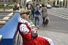 Auping nights, better days - die Königin gönnt sich mit der Schlafmaske ein kleines Nickerchen - mitten auf der Königsallee - Königinnentag