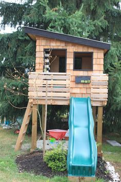 A kids wooden playhouse may be the toy your kid need to fuel their imagination and help them enjoy warm sunny days. We found some beautiful examples, and other more practical ones, the key is personalizing, since you are going for a kids wooden playhouse. Kids Wooden Playhouse, Modern Playhouse, Backyard Playhouse, Build A Playhouse, Cedar Playhouse, Playhouse Windows, Wooden Fort, Simple Playhouse, Kids Playhouse Plans