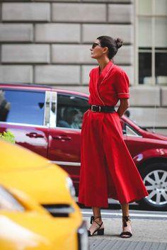 street style, giovanna battaglia, macacão pantacourt vermelho, cinto preto, sandália preta, óculos escuros
