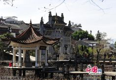 Tengchong in Baoshan, Yunnan, is located on the border with Myanmar. It was once a communications hub of the Silk Road. As a cultural and historical city, it is now a trading post for emerald. Tenchong is also well known for its hot sea and cluster of about 70 volcanoes.