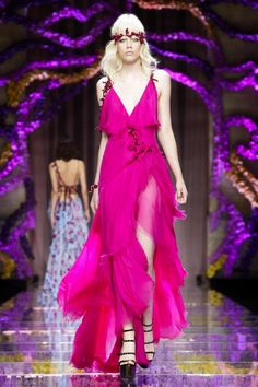 It was a story of opposites on the Versace haute couture Fall/Winter 2015 catwalk, which opened the season on Sunday night. Designer Donatella Versace played with contrasting ideas – structur...