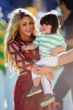Shakira baila con Milan en brazos en la clausura del Mundial - Yahoo Deportes