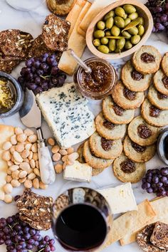 Agur and fig crackers // HonestlyYUM Tapas Party, Party Snacks, Appetizers For Party, A Food, Food And Drink, Tapas Recipes, Cheese Platters, Clean Eating Snacks, Crackers
