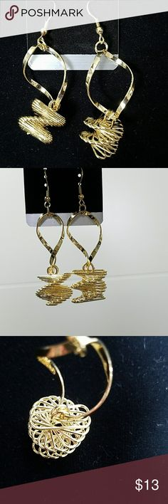 💎🎀Earrings with a twist Beautiful!  Gold tone No markings Not real gold *BUNDLE & save with our DISCOUNT * Jewelry Earrings