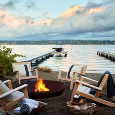 24 Perfect Patios with Fire Pits and Fireplaces - 12 Inspiring Outdoor Fire Pits for Breezy and Cozy Evenings Lakeside Living, Outdoor Living, Plan Chalet, Haus Am See, Fire Pit Furniture, Rustic Furniture, Fire Pit Designs, Lake Cottage, Lakeside Cottage