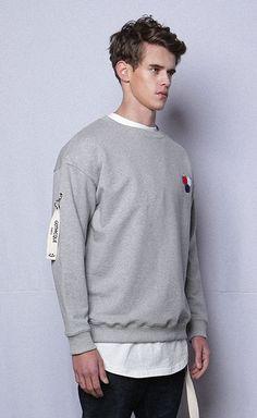 프랑스의 국기를 모티브로 한 제품으로,  제품 앞면에 부클 패치워크 기법과 페인팅 기법을 사용한 맨투맨 GOTHICQUE Paint sweat shirt G7SA11U87