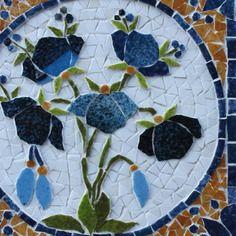 Dessous de plat en mosaïque :bouquet d'anémones bleues  sur un carreau de faïence .