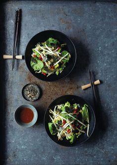 veganes Rezept: Bohnensprossen-Spinat-Gemüse auf Sushi-Art mit Ingwer-Dressing, Foto: Yuki Sugiura © 2015 Jan Thorbecke Verlag, Ostfildern